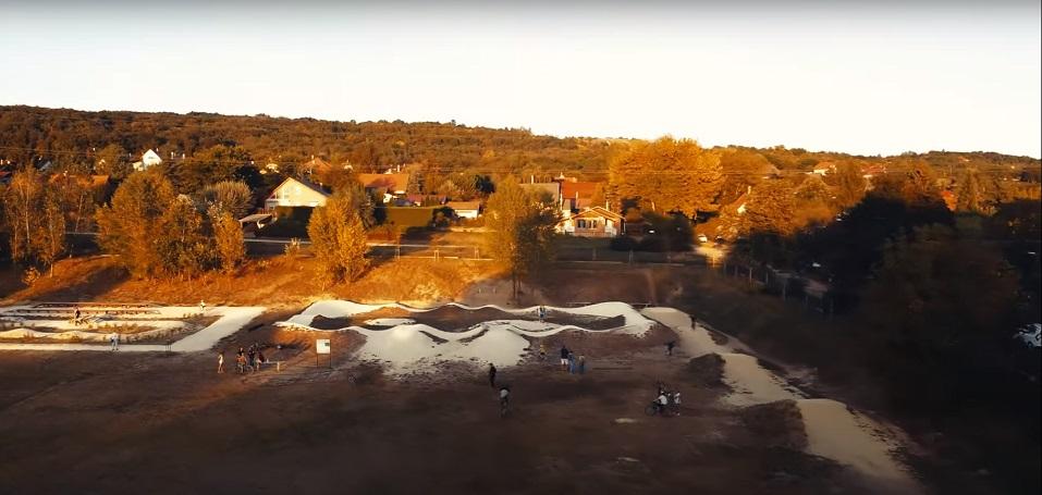 Láványos, drónos kerékpáros videó