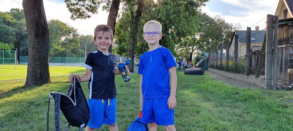 A labdarúgó szakosztály utánpótlás csapatának tagjai: Simon és Áron